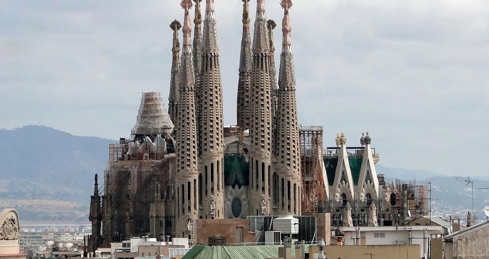 11. A Catedral da Sagrada Família, em Barcelona, é um templo católico projetado por Antoni Gaudí, sendo considerado sua grande obra-prima e um expoente da arquitetura moderna catalã. O arquiteto iniciou o projeto em 1883, aos 31 anos de idade, e trabalhou nesta obra durante os seus últimos 40 anos de vida; a catedral tem a previsão de ser finalizada em 2026, no centenário de sua morte