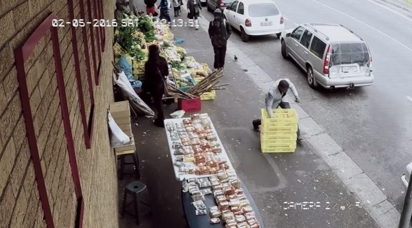 Este se distraiu tanto que nem viu as caixas no meio da calçada.