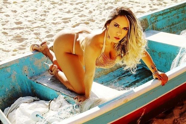8.jul.2015 - Apesar do uso do sabonete, ela admitiu à publicação que retirou o refrigerante da dieta e também tem focado na malhação