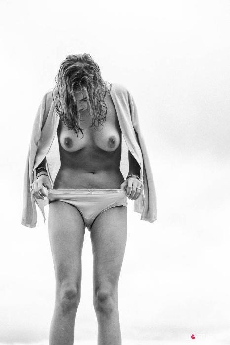 1°.out.2015 - Realizado em preto e branco, o ensaio mostrou Jasmin de topless e exaltando a beleza natural