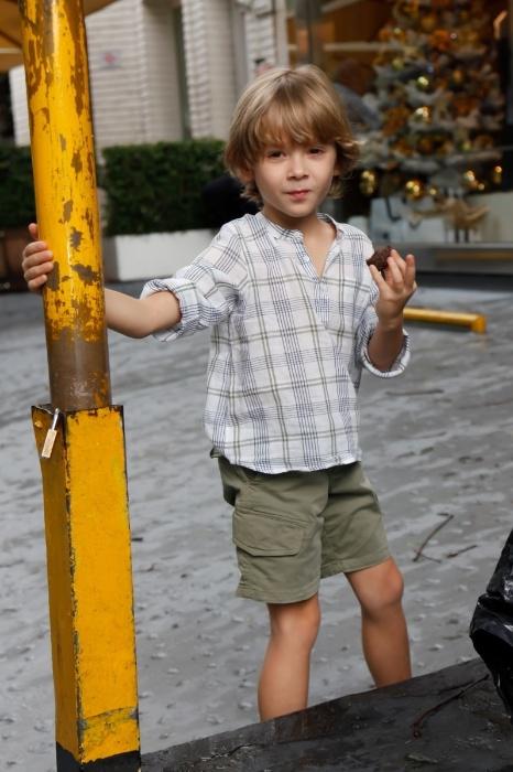 18.dez.2015 - Vittorio, filho de Adriane Galisteu, brinca em evento beneficente em São Paulo