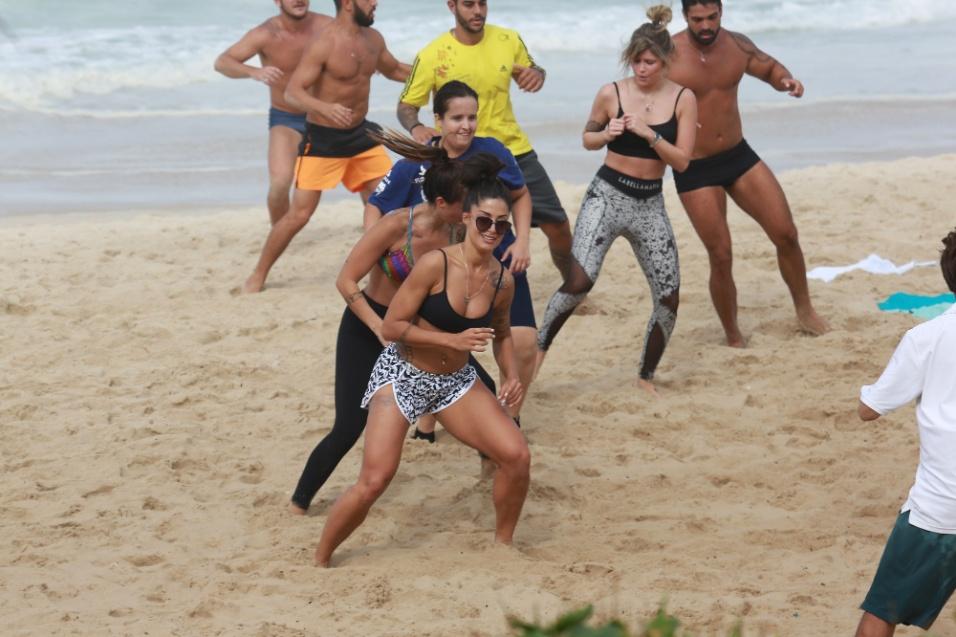 29.jul.2016 - Xô, preguiça! Aline Riscado se exercitou bastante e mostrou o corpão durante um treinamento funcional na areia
