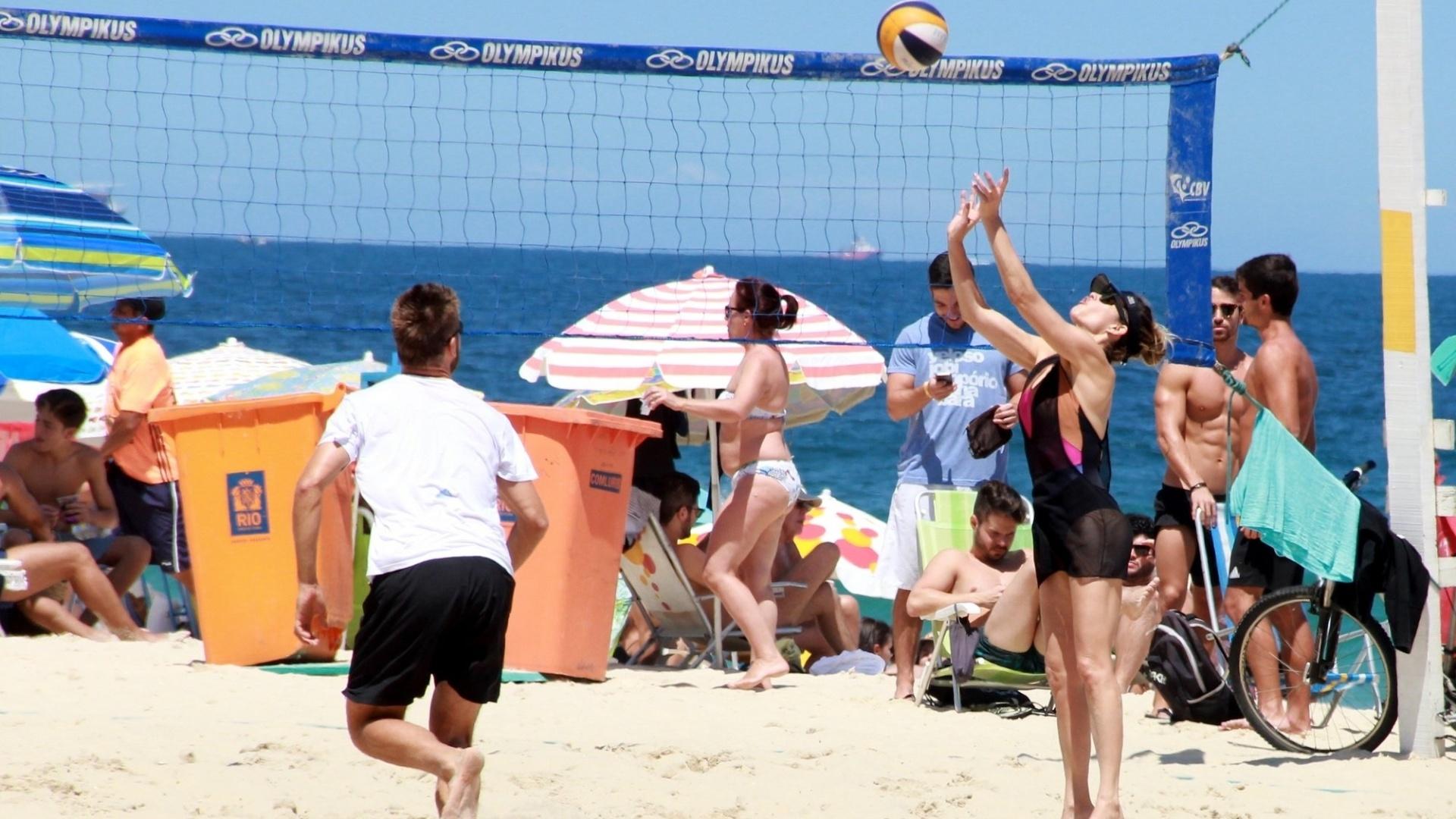 8.out.2016 - Rodrigo Hilbert e Fernanda Lima foram vistos jogando vôlei na praia do Leblon, no Rio de Janeiro. Acompanhado dos filhos, o casal foi fotografado não só pelo paparazzo, como também pelo público no local