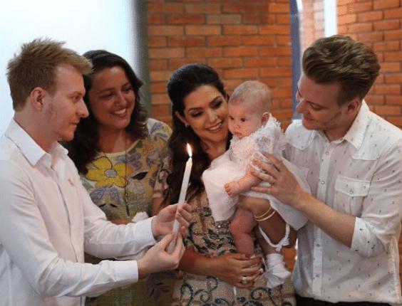 21.dez.2016 - Atriz Thais Fersoza postou foto ao lado do marido Michel Teló e dos padrinhos durante o batismo da filha Melinda e declarou: