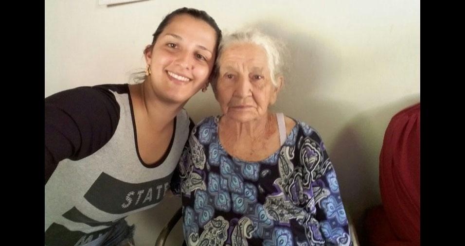 Scheila Duarte com a vovó Genira, de Novo Cruzeiro (MG)