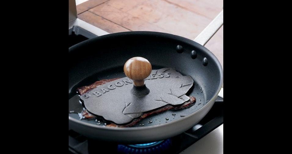 14. Prensa para bacon: evita que as fatias enrolem na hora de fritar