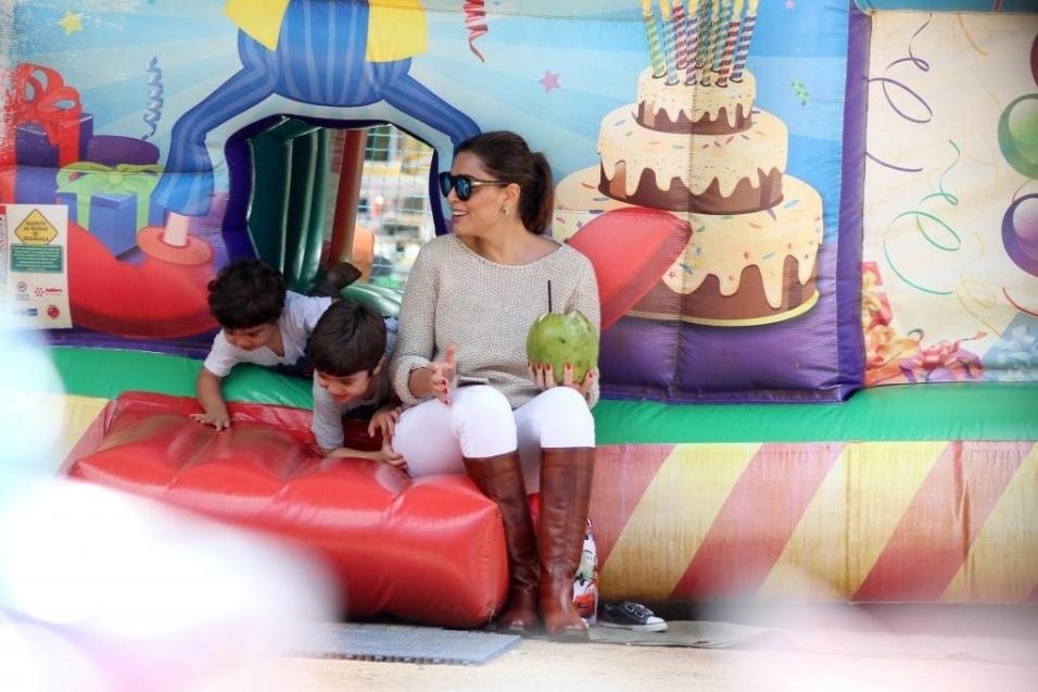 28.jun.2015 - Sábado foi dia de Juliana Paes e o maridão, Carlos Eduardo Baptista, levarem os filhos Pedro (de 4 anos) e Antônio (de 1 ano) para brincar em um parquinho na Lagoa de Freitas, no Rio de Janeiro. O último trabalho da mamãe famosa na televisão foi na novela