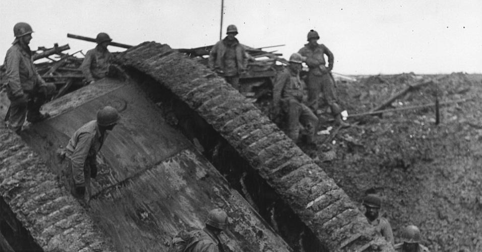 Tanque alemão tombado. Imagem de 24 de novembro de 1944