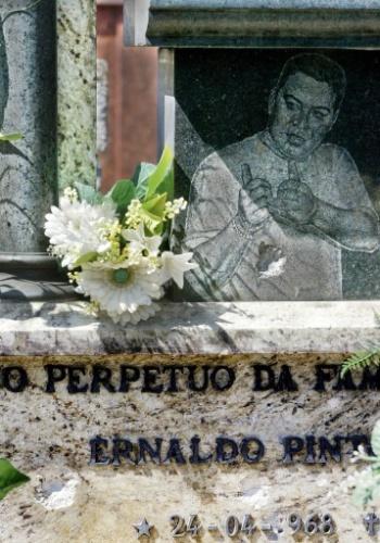 Ernaldo Pinto de Medeiros, o Uê, morreu aos 33 anos e foi enterrado no cemitério São Francisco Xavier, no bairro do Caju, no Rio. Estima-se que a sepultura do criminoso, margeada por colunas romanas e que possui um retrato de bronze do bandido, custou cerca de R$ 300 mil. Em 2006, quatro anos após a morte de Uê, um grupo de homens armados com fuzis invadiu o cemitério e atirou contra o túmulo do traficante, além de jogarem duas granadas