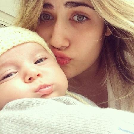 Jéssica Costa, filha do cantor Leonardo, ao lado do filho Noah - Reprodução/Instagram