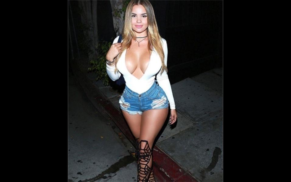 8.out.2016 - De shortinho e um decotão, Anastasiya posa para foto ao chegar para uma festa em Los Angeles, Estados Unidos