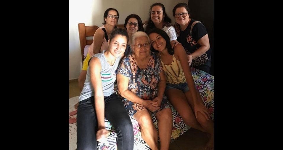 Tercilia da Silva Leal com as filhas e netas, em Itajai, distrito de Nova Canaã (BA)