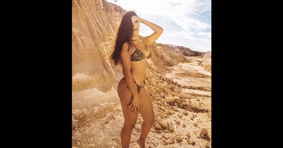 30.jun.2017 - Confundida com a atriz de mesmo nome, 10 anos mais velha, a modelo baiana Mariana Rios, 21, posou em um cenário exótico para ensaio fotográfico