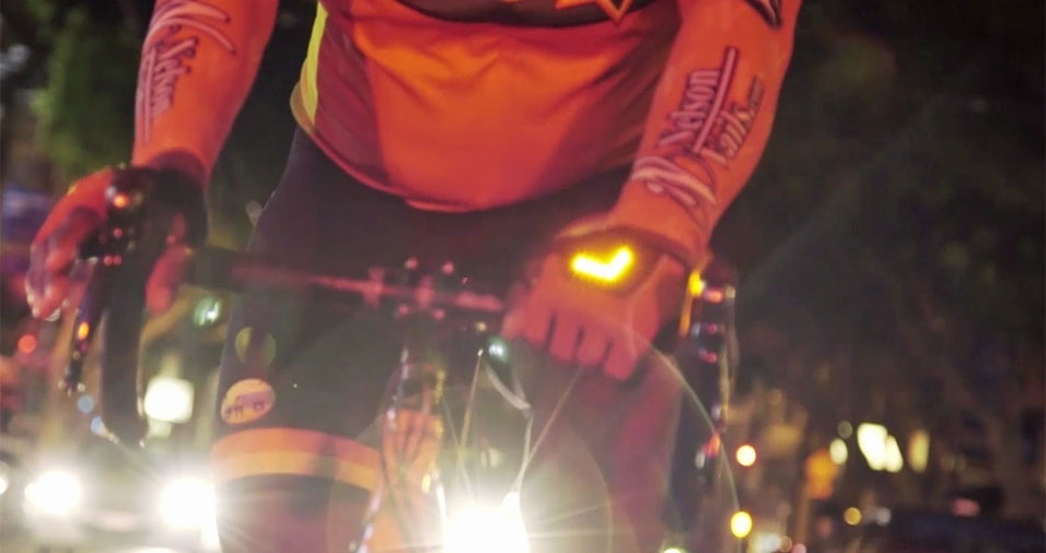 33. A luva pisca-pisca para sinalização ajuda o ciclista a informar os outros motoristas para que lado quer ir. Ela não vai na bicicleta, vai na mão do ciclista, mas garante mais segurança na hora de pedalar
