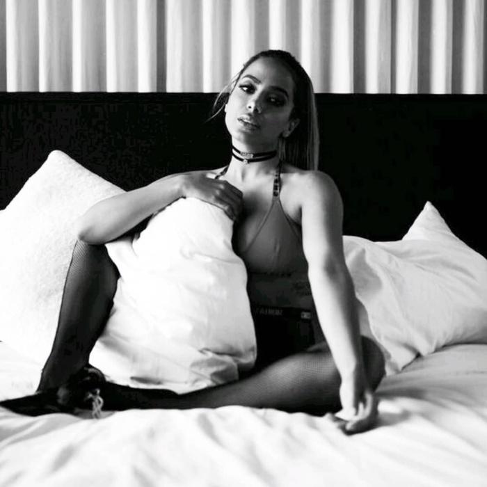 23.mar.2018 - Anitta chamou atenção dos seguidores no Instagram. A cantora compartilhou fotos de um ensaio sensual, em que aparece na cama, usando um top e uma meia-arrastão