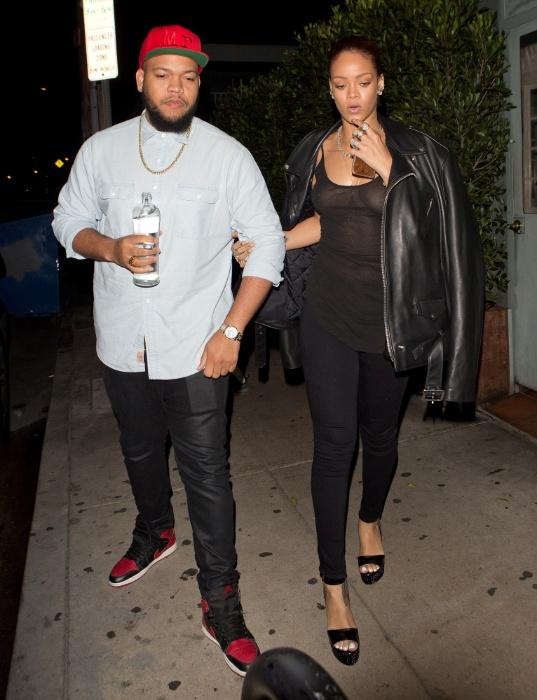 1º.jul.2015 - Rihanna dispensou o uso do sutiã para ir a um restaurante em Santa Mônica, na Califórnia (EUA), e acabou mostrando demais. Com o look ousado, a cantora deixou os seios e o piercing no mamilos em evidência. A cantora estava acompanhada do irmão mais novo, Rorrey Fenty