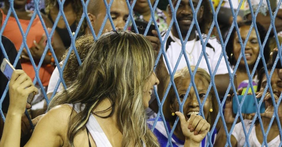 17.jan.2016 - Renata Frisson, a Mulher Melão, compareceu ao ensaio da Grande Rio de short bem curtinho e blusa que evidenciava a generosa comissão de frente