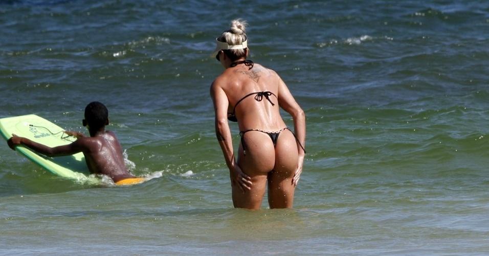 1º.fev.2016 - De biquíni, Juju Salimeni aproveita a tarde de sol no Rio de Janeiro