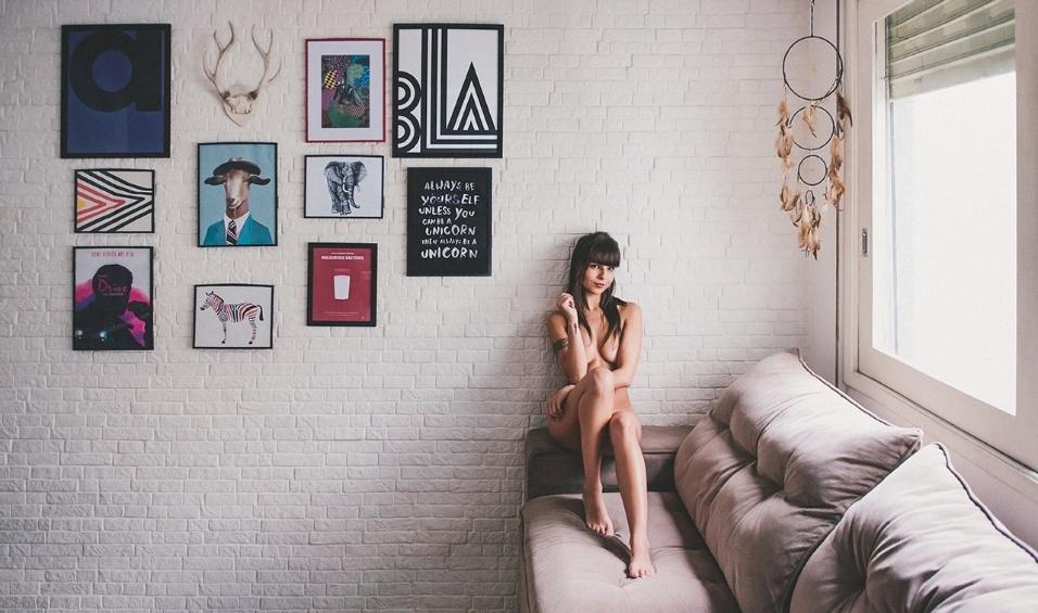 """10.mar.2016 - O projeto """"365 nus"""", do fotógrafo Fernando Schlaepfer, divulga uma foto por dia para exaltar e beleza da mulher real. Nos últimos três dias, a modelo Giovanna aparece em fotos sensuais, totalmente nua. Além dela, a apresentadora Mari Moon também participou do projeto fotográfico"""