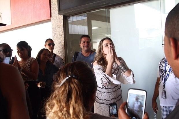 """10.mar.2016 - Ana Paula Renault, ex-sister do """"BBB16"""", distribui beijos aos fãs em shopping na Barra da Tijuca, no Rio de Janeiro. A mineira foi ao local para um evento em um salão de beleza"""
