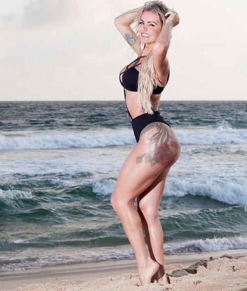 7.out.2016 - A transexual Thalita Zampirolli ousou em fotos bem provocantes na praia. A bela postou as imagens no Instagram e recebeu uma enxurrada de elogios e curtidas. Os fãs foram à loucura com as curvas da loira, que tem uma tatuagem no bumbum