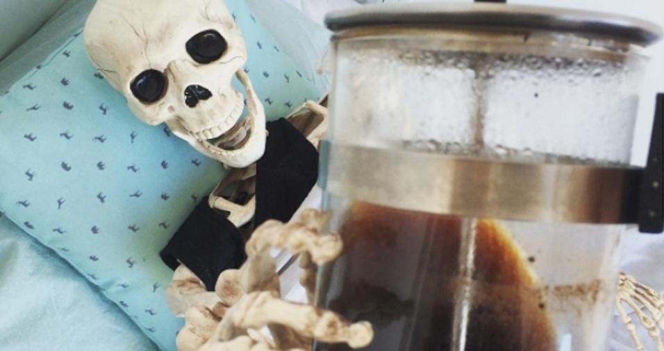 """32. """"Estou sobrevivendo a essa ressaca matinal à base de café"""""""