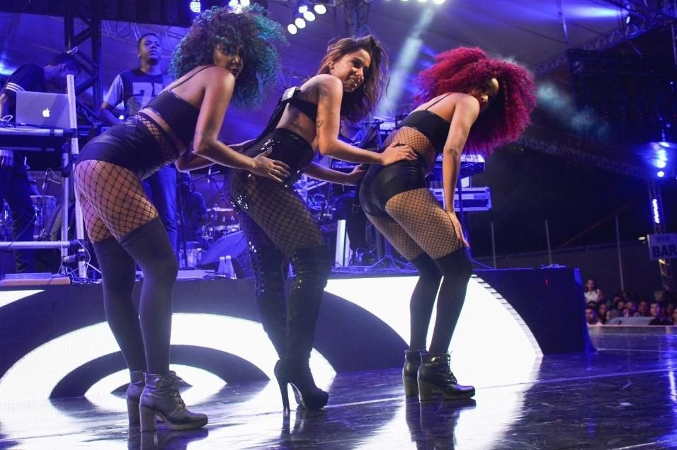 23.jan.2017 - Anitta (centro) arrasa na performance com as dançarinas no palco da 3ª edição da Melhor Segunda-Feira do Mundo, realizada em Salvador (BA)