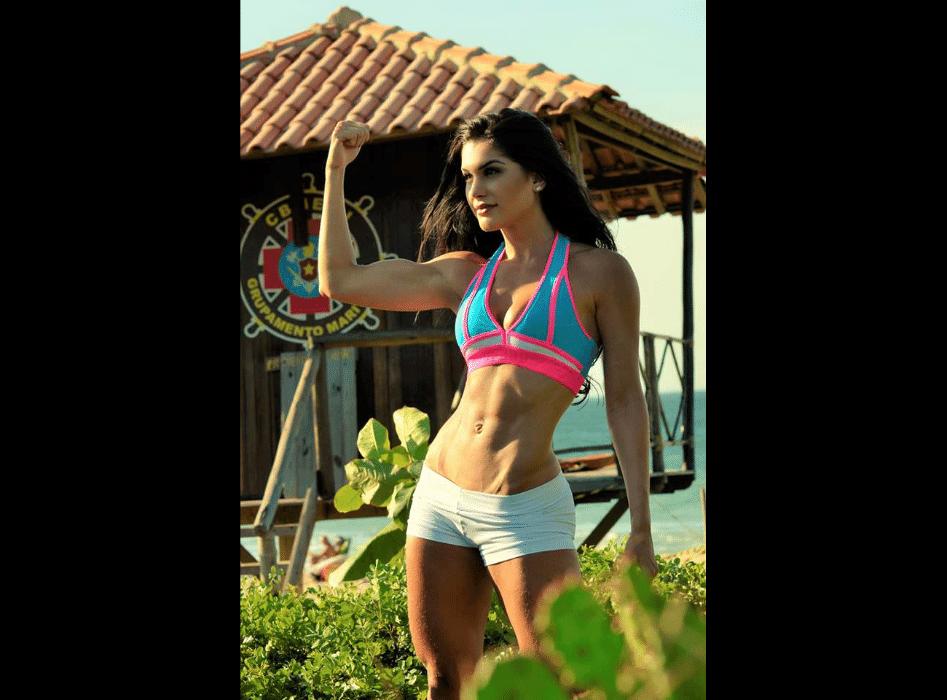 """7.mar.2017 - A modelo Juliete de Pieri revelou que se preparou duro para a final do Arnold Model Search. """"Desde 2016, quando ganhei no Brasil o título de modelo fitness, não parei a minha preparação. Faço musculação seis vezes por semana e sigo uma dieta equilibrada. Nos dois meses que antecederam a competição em Ohio, exclui carboidratos da minha alimentação e priorizei as proteínas"""", contou após vencer o concurso"""