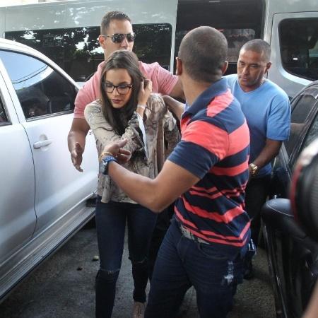 17.abr.2017 - Emilly chega à delegacia da mulher, no Rio, onde prestou depoimento - Marcello Sá Barreto / Ag News