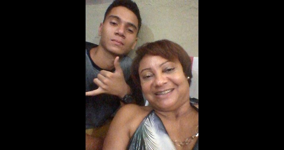 Victor Silva de Aguiar, de Duque de Caxias (RJ), com a mãe Sonia Viana da Silva