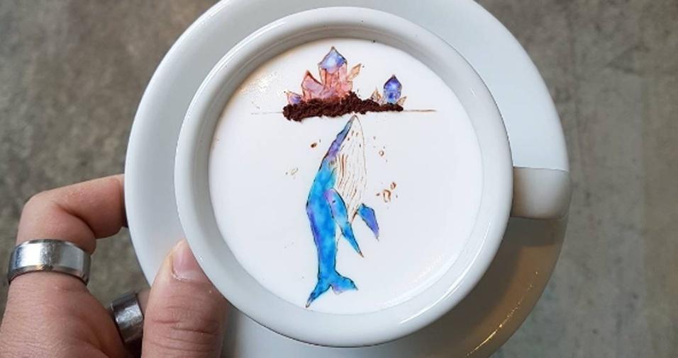 26. Os traços da baleia e as pedrinhas são tão precisos que nem parece que o desenho foi feito em uma xícara de café