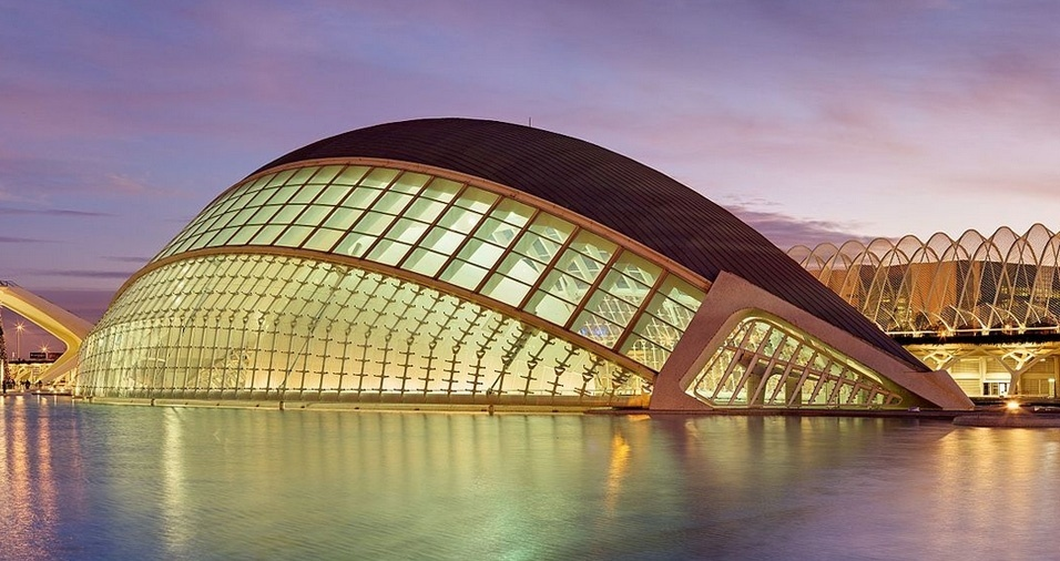 34. A  Cidade das Artes e das Ciências, em Valência, é um complexo arquitetônico cultural e de entretenimento que possui  cinema, planetário, museu interativo de ciências, galeria de arte contemporânea e casa de ópera, além do maior aquário oceanográfico da Europa, com 110.000 m2 e 42 milhões de litros de água
