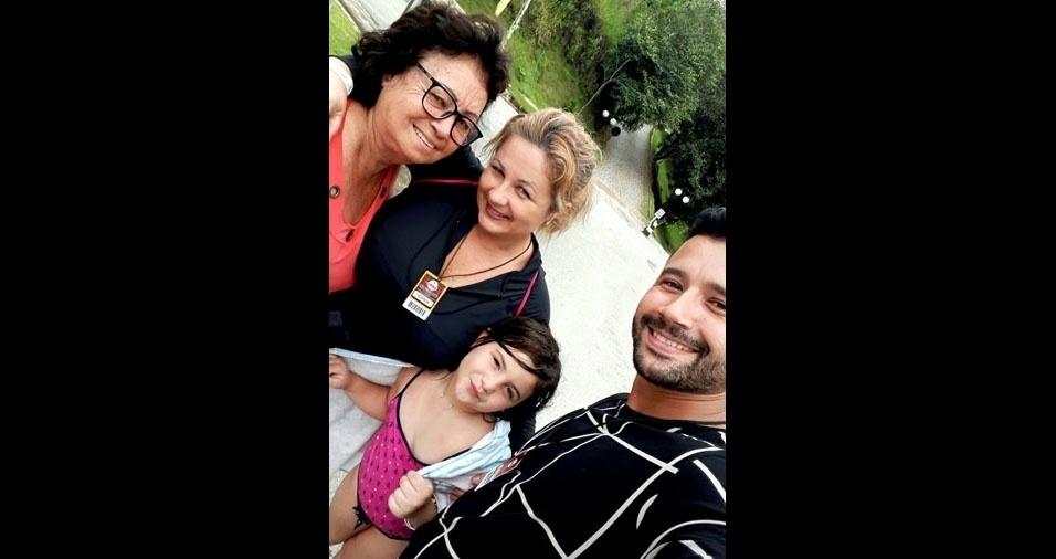 """Cristiane, o irmão Bruno e a filha Walentina querem homenagear a dona Aura Nunes de Souza, de Cariacica (ES): """"Minha rainha. Parabéns pelo amor de mãe. Nòs te amamos inexplicavelmente!"""""""