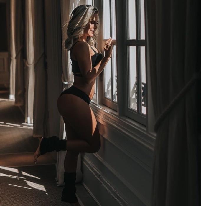 """1.jun.2018 -  Dayse Brucieri usa as redes sociais para mostrar sua beleza, como nessa foto que aparece olhando para o horizonte apenas de lingerie: """"Nada me desilude: Já chorei por quem não mereceu, já amei quem não me amou e já tropecei onde não devia!"""", desabafa na legenda da foto."""