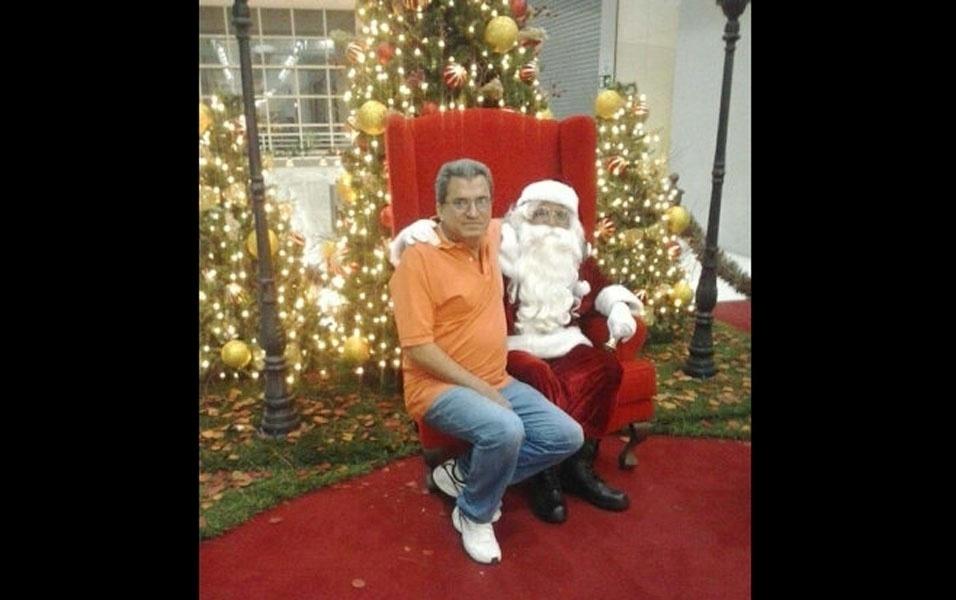Eglon Pacheco dos Santos com o papai Noel, de Campinas (SP)
