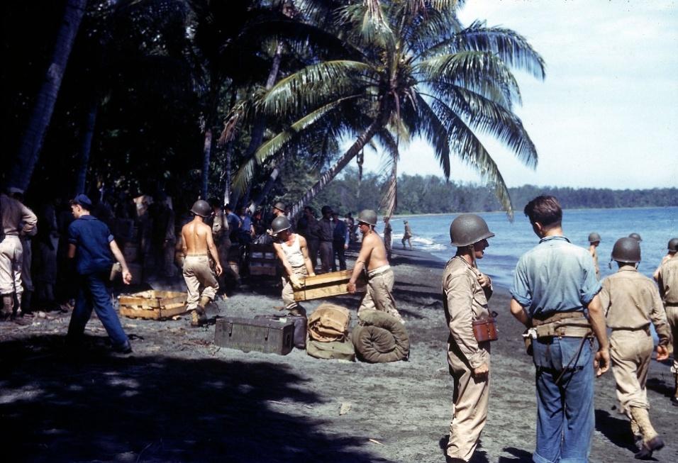 1943 - Tropas dos Estados-Unidos desembarcam suprimentos na ilha de Guadalcanal