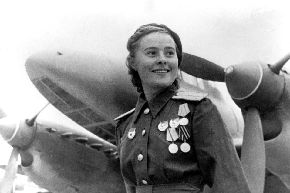 11.nov.2015 - A aviadora Lydia Livyak, da União Soviética, ficou conhecida por ter abatido, durante a Segunda Guerra Mundial, 12 aviões alemães. Em uma das ocasiões, Lydia derrotou um sargento condecorado com diversas vitórias aéreas. Quando ele a conheceu, duvidou que tratava-se de uma mulher. A comandante, então, deu os detalhes do combate e o alemão reconheceu a superioridade da concorrente