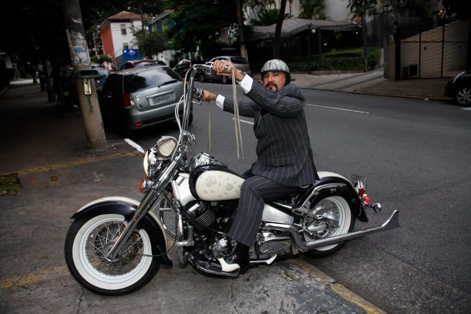 17.jan.2016 - A apresentadora e ex-atriz pornô Vivi Fernandez se casou neste domingo (17) com o tatuador Fabiano dos Santos, em uma casa de festas em São Paulo, após sete meses de namoro. O noivo chegou a caráter, mas a bordo de uma possante moto no estilo custom