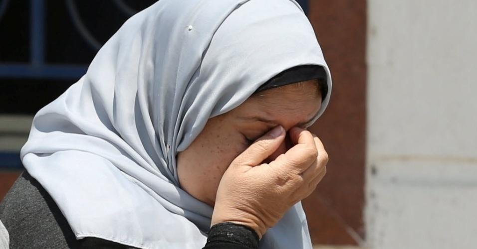 19.mai.2016 - Parentes e amigos aguardam notícias do desaparecimento de um  avião da Egyptair que fazia a rota entre Paris e Cairo desapareceu dos radares do lado de fora do edifício da companhia aérea
