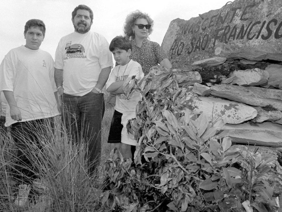 1993 - Lula e Marisa Letícia posam em São Roque de Minas (MG) durante a Caravana da Cidadania, que percorreu seis estados do nordeste e sudeste do país