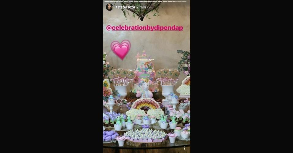 6.ago.2017 - O bolo de três andares do aniversário de Melinda roubou a cena nesta foto postada pela atriz Thaís Fersoza. Que fofura!