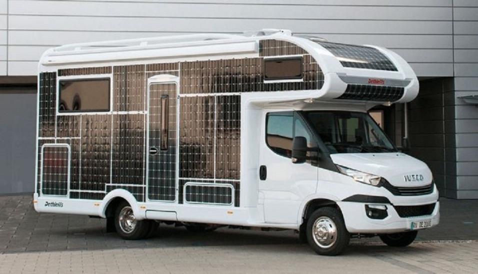 11.set.2017 - A bateria do motorhome da Dethleffs dura até 200 quilômetros. O automóvel possui ainda 31 metros quadrados de painéis solares, que geram energia fotovoltaica. Com isso, é possível produzir 3.000 Watts de eletricidade