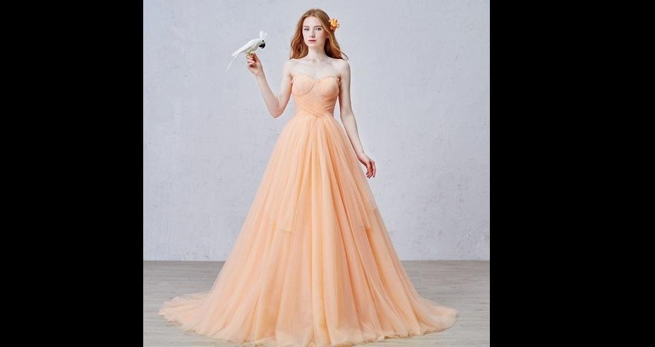 21. Para as menos ousadas, mas ainda descoladas, o laranja também figura em tons pastéis ou mais suaves nos vestidos de noiva