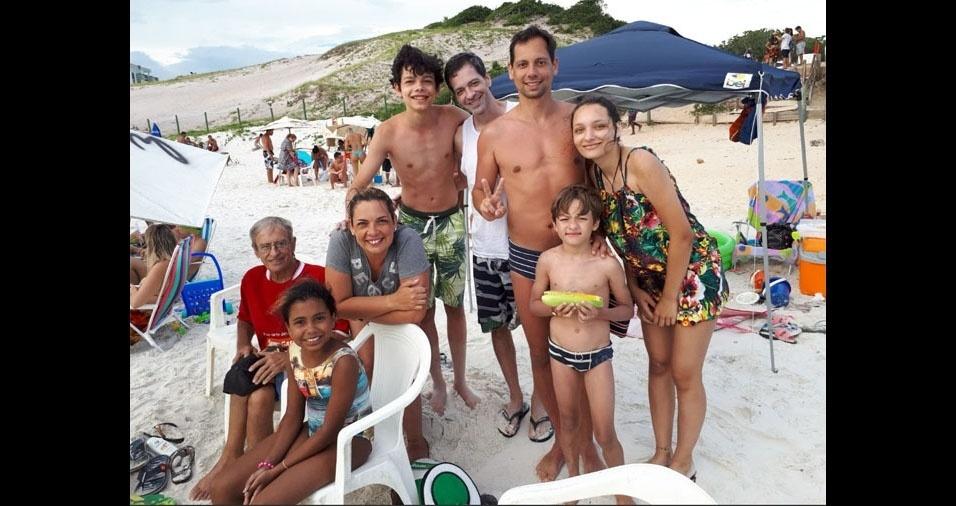 """A Alessandra, de Juiz de Fora (MG), desejou um feliz Dia dos Pais ao papai José de Alencar, na foto com os filhos Alessandra, Rick e Patrick, e os netos Diego, Amanda, Marina e Davi: """"Um pai e avô admirável e muito amado!"""""""