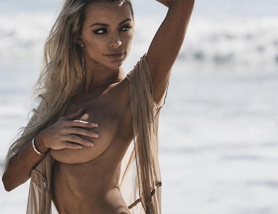 """21.dez.2016 - Em outra imagem, a gata aparece de topless em uma praia. A modelo Lindsey Pelas, que possui uma comissão de frente de dar inveja, não 'poupou' os seguidores ao mostrar seus """"atributos"""""""