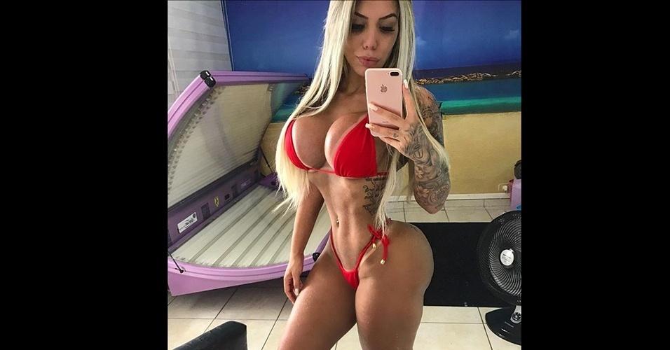 10.jan.2017 - Com quase 1,5 milhão de seguidores no Instagram, a gata fitness Leticia Alonso abusa da sensualidade ao posar para fotos mostrando o corpão, que conquistou com muita malhação e esforço