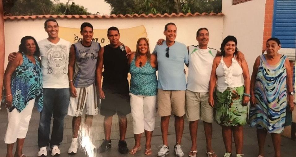 Silvio dos Santos enviou foto da mãe Marlene e da tia Vanda com ele e seus irmãos Leila Maria, Celso Luizs, Rosinei Maria, Luiz Fernando, Luciano, Fábio Cristiano