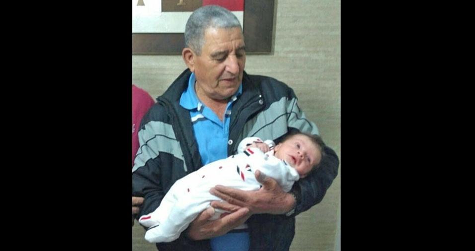 O filho Andres enviou a foto de seu pai Sebastião com o netinho Pierre