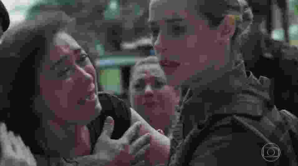 Desesperada, Silvana pede que Jeiza salve sua filha, Simone, que é feita refém por um agiota - Reprodução/TV Globo