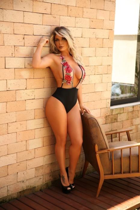 """7.dez.2017 - Viviane Bordin, que comanda o portal de ensaios sensuais Diamond Brazil, exibiu suas curvas usando um body com uma poderosa transparência. A gata, que tem 36 anos, contou que mantém a sua forma com uma alimentação saudável e revelou que não dispensa uma taça de vinho. """"Sou apaixonada por vinho"""", declarou"""